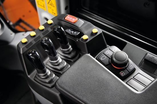 Förarhytten i Hitachi ZW220-7.