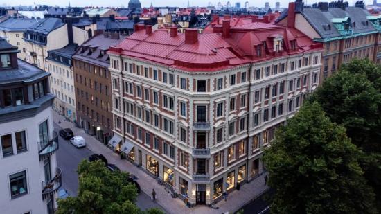 Den tidstypiska byggnaden från förra sekelskiftet i korsningen Karlavägen/Grevgatan.