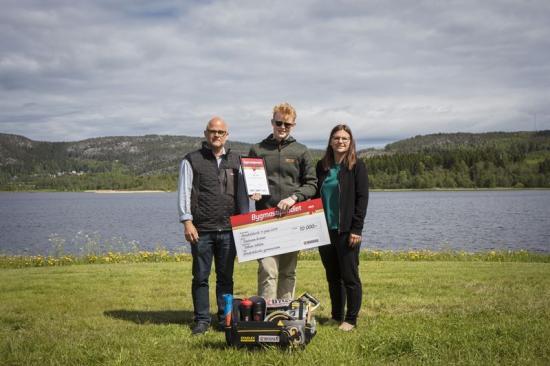Magnus Häggström (platschef Bygma Örnsköldsvik), Tobias Sehlin och Marie Edin (rektor Örnsköldsviks gymnasium).