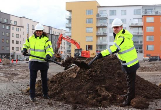 Emma Feldman (M) kommunstyrelsens ordförande i Järfälla och Kristoffer Tamsons (M), trafikregionråd och ordförande för SL, tar det första spadtaget för Sveriges första BRT-linje och framtidens kollektivtrafik i Barkarby.