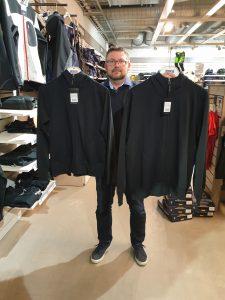 Christian Stridsberg med en kvinnliga och manlig modell av samma tröja. Utseendet är det samma, det enda som skiljer dem åt är passform och storlek.