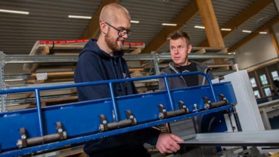 Loke Bodén (tv) är lärling hos TakTec i Falun och handleds av Mattias Nordlund (th). När Loke uppnått \