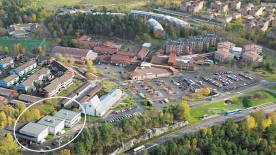 Flygvy över Furulunds centrum. På den inringade fastigheten planerar Ikano Bostad att bygga cirka 100 bostäder.