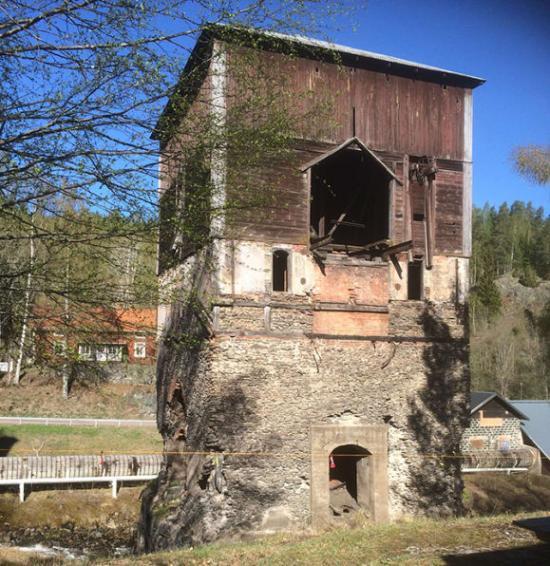 Masugnen i Ulfshyttan har ett akut behov av renoveringen. Stenar har börjat falla ned från väggarna och fastighetsägaren har därför tvingats spärra av anläggningen.