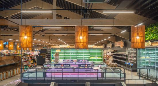 Överskottsvärmen från frysarna och kylskåpen hjälper till att värma upp byggnaden, vilket gör butiken delvis självförsörjande på energi.