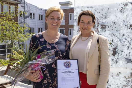 Annica Ånäs, vd Atrium Ljungberg (tv) tog emot Nacka kommuns utmärkelse Hållbar stadsutveckling som delades ut av kommunalrådet Cathrin Bergenstråhle (M).