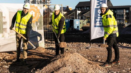 På bilden syns Mikael Möller, projektchef Willhem, Rikard Norström, nyproduktionschef Willhem samt Simon Danell, arbetschef entreprenad på Bluewall Construction.