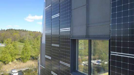 Plusenergihuset har 730 kvm solceller på tak och väggar, somska generera lika mycket el som husen använder för värme, varmvatten och fastighetsel.