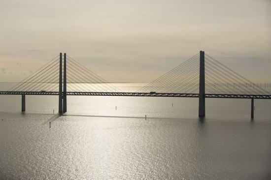Stålkonstruktionen under Øresundsbrons vägbana, den zick-zack-formade delen, ska målas om. Vid den första etappen ska det målas från Peberholm tillsnedkablarna på den södra sidan.