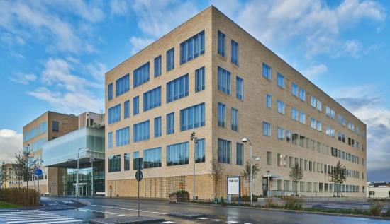 Akademiska sjukhusets senaste byggnadstillskott, ingång 100/101, uppmärksammas i den internationella tävlingen Architecture Masterprize. Huset har fått en hedersutmärkelse i klassen vårdarkitektur.
