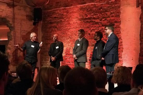 På bilden från vänster: Lars Albinsson från Bygg 4.0, Saeid Esmaeilzadeh från Serendipity, Ulf Hansson, chef affärs- och verksamhetsutveckling på NCC, Jimmy Bengtsson, VD på Veidekke samt Stefan Danielsson, Affärsområdeschef Bygg, Peab.