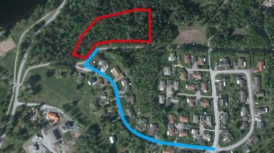 Planerad anslutningsväg (blå) till nytt bostadsområdet (rött).