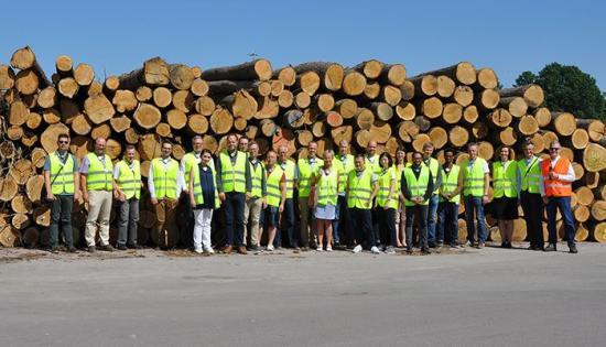 FöretagsforskarskolanProWOOD med doktorander, handledare och mentorer på studiebesök vid Kährs Groups anläggning i Nybro tidigare under året.