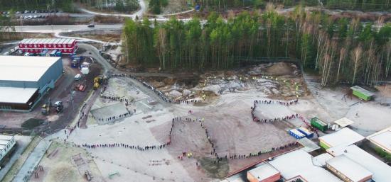 Mänsklig formation utgör konturerna av Hammarlundens nya skola.