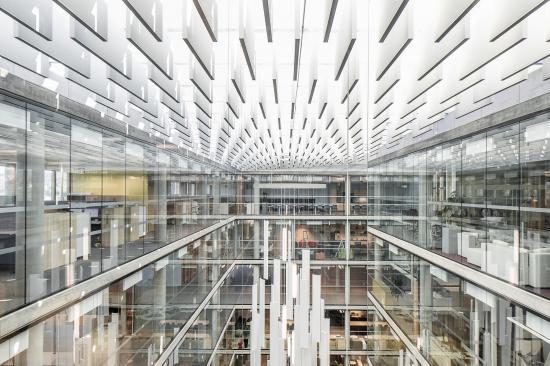 6000 bafflar från Rockfon bidrar till en behaglig ljudnivå och skapar ett konstnärligt uttryck i kontorsbyggnaden Lysgården i Norge.