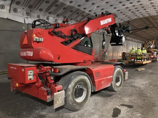MRT1850 håller armeringsjärnet på plats och montörerena arbetar från en lastbilsbaserad korg.