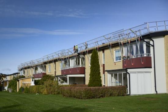Montage av solpaneler på BRF Västerängen.