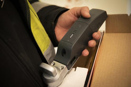 Ease Smart Lock har en diskret och smakfull design och monteras enkelt på insidan av dörren. Det syns inte utifrån och lämnar ingenåverkan på vare sig dörren eller låskistan.