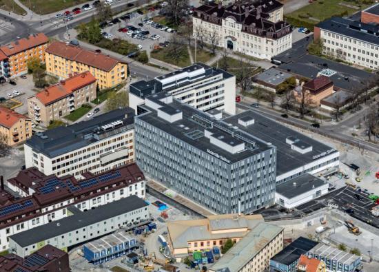 Översikt över hela Söderjukhuset med de nya byggnaderna på plats. Husens karaktär bygger vidare på Södersjukhusets ursprungliga arkitektur och den västra sidan av sjukhuset får ökad stadskänsla och fler gröna ytor.
