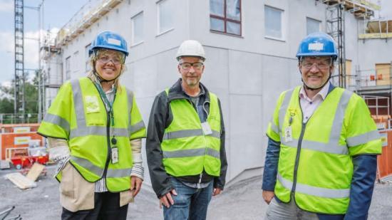 Hanna Gregeby, biträdande förvaltningschef, Björn Wiklund, projektchef, och Henrik Örneblad, vd på Huddinge Samhällsfastigheter vid om- och tillbyggnadsprojektet Stensängsskolan.