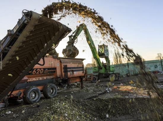 Sorteringsmaskinen sorterar ut avfall från högarna.