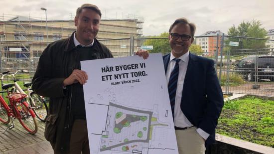Erik Nilsson (KD) och Niklas Wikström (L) på dagens pressträff för nya Våxnäs torg.