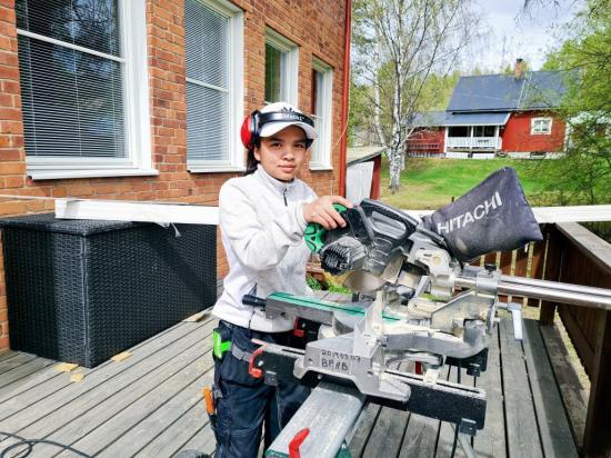 Välj byggprogrammet tjejer! uppmanar andra års eleven Premwade Korva som gör praktik hos Byggpolarna i Övertorneå som just nu gör ett renoveringsjobb hos Utbildning Nord.