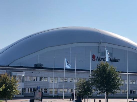 En nio meter hög airdome har byggts på Nordichallens tak i Sundsvall för att ta hand om de tunga snömassorna.