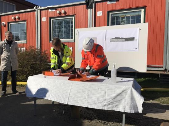 Lina Cavallin och Stellan Haraldsson vid kontraktsskrivning.