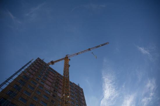 Själva monteringen sker med hjälp av en stor kran som står uppställd på byggarbetsplatsen.