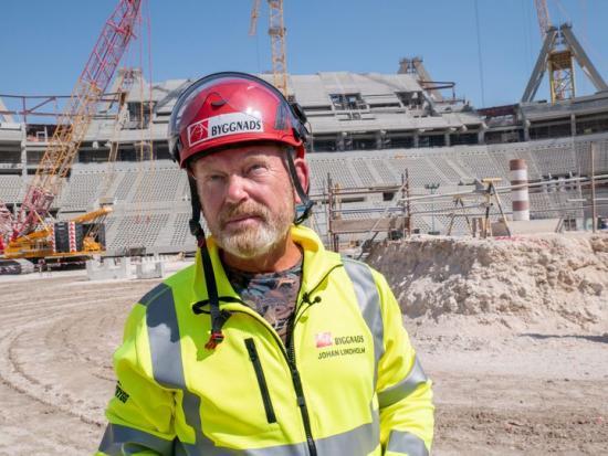 Johan Lindholm under arbetsplatsinspektion på Lusail Stadium i Qatar.