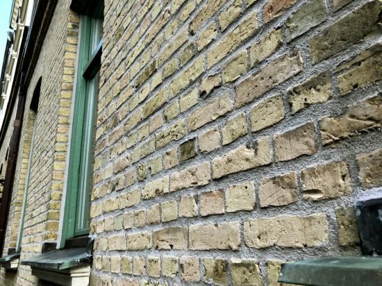 Fasad som renoverats med återvunnet tegel.