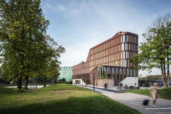Vy från sydväst där byggnaden sänker sin skala mot dess huvudentré och Bjeredsparken.