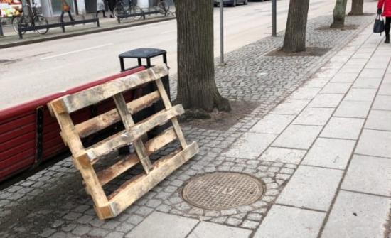 Det var detta brunnslock på cykelvägen längs Södergatan i Helsingborg som gav vika. Bilden togs innan NSVA hunnit spärra av det aktuella området.