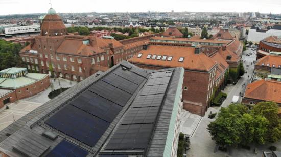 Nya solceller på byggnaden Sing Sing vid KTH Campus i Stockholm.
