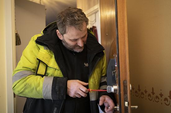 Radiator VVS Hudiksvalls egna montörer installerar Ease Smart Lock från Infobric snabbt och enkelt.