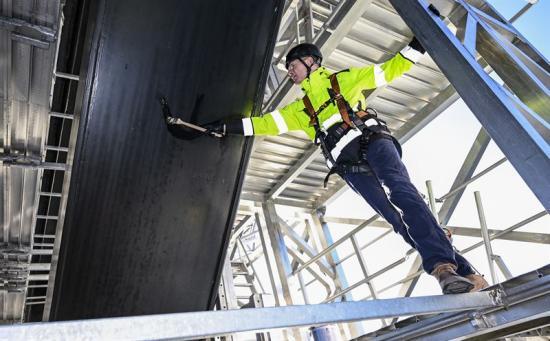 Øresundsbrons anläggningsdirektör Bengt Hergart drar ett första penseldrag från den specialbyggda målningsplattformen.