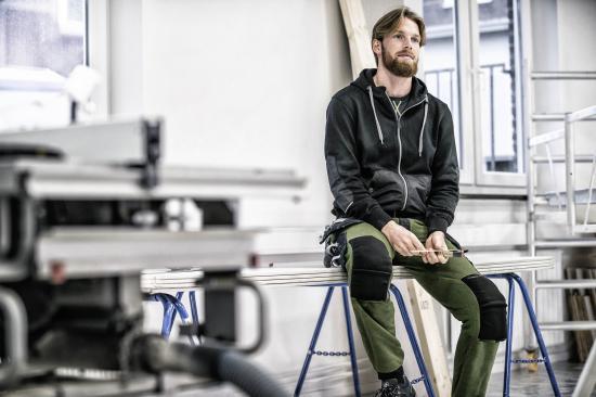 """De nya byxorna från Fristads är unisex och kommer i färgerna """"796 Militärgrön/Svart"""" samt färgen """"940 Svart""""."""