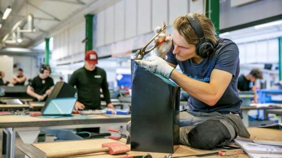 Plåtslagarelever i arbete på PVF Teknikcentrum.