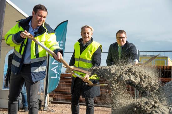 Det första spadtaget togs av Magnus Björkander, vd på Wästbygg Projektutveckling, Claes Malmkvist, vd på Lansa Fastigheter och Fredrik Ljunghill (M), kommunalråd med samordningsansvar för plan- och byggfrågor.
