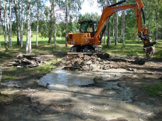 Gropen vattenfylldes på några sekunder när kyrkogårdsförvaltningen provgrävde i Järva DiscGolfPark 2011.