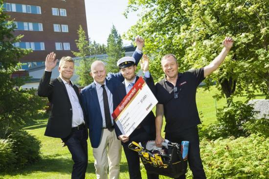 På bilden: Birger Karlsson (lärare Luleå gymnasieskola), Anders Wedin (rektor Luleå gymnasieskola), Erik Thun och Lars-Erik Nordström (Bygma Luleå).