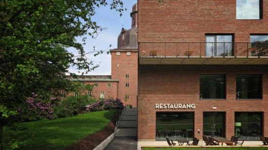 Tillbyggnaden består av fyra våningsplan samt ett souterrängsplan, som bland annat ger plats för en publik restaurant.