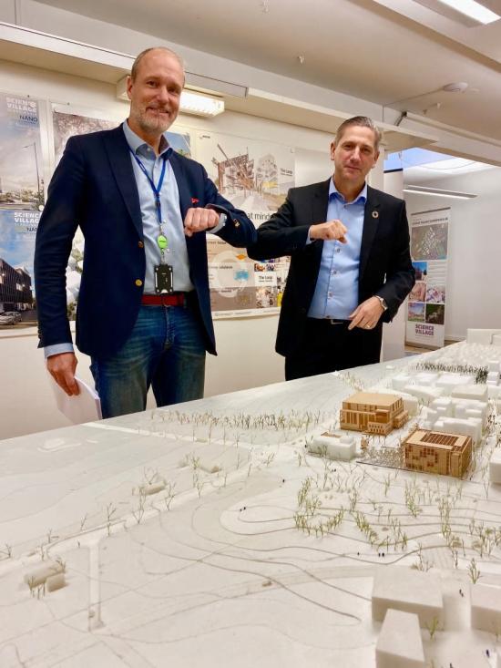 Hans Fransson, projektutvecklare, Skanska Sverige och Christian Lindfors, vd för Science Village Scandinavia AB, efter avtalet signerats.