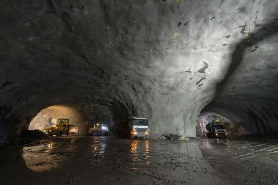 <span>Sandoyartunneln blir 10,5 km lång och kommer att gå från Gamlarætt på Streymoy till Traðardalur på Sandoy. Båda tunnlarna i kontraktet bidrar till säkrare vägar och kortare restid till Torshavn från flera orter på Färöarna och utgör ett viktigt bidrag i att knyta ihop samhällen, företag och människor med varandra.</span>