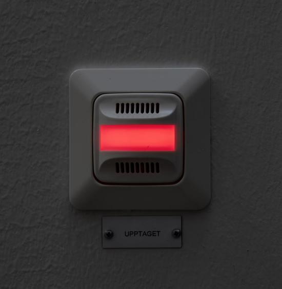 KNX-systemet bidrar även till ökad säkerhet. Om någon av nödutgångarna felar och inte låses upp när skolan larmas av på morgonen förblir skolan släckt – en tydlig signal om att den inte ska användas.