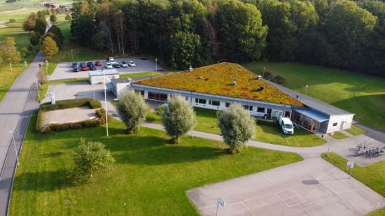 Grundskolan Vittra Forsgläntan i Kungsbacka har anlagt sedumtak för en bättre inomhusmiljö då sedum både har en kylande och isolerande effekt.