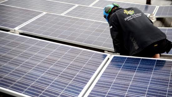 Wallenstam fortsätter sin satsning på montering av solceller i befintligt fastighetsbestånd. Just nu monteras 245 solcellsmoduler på Trollesundsvägen i Bandhagen.