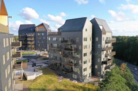 Extremväder ställer krav på fasadmaterialen. På bilden syns Nordskiffers vindlastprovade skifferfasader i Nya Hovås.