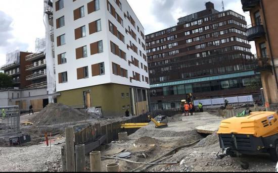 Byggarbetsplats i maj 2020, som visar den kommande tunneln in i Kringlangaraget samt Kanaltorget som ska byggas ovanpå tunneln. Fotot taget från Västra Kanalgatan, där Kringlanhuset syns i bakgrunden.